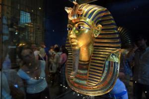 tutankhamun-mask-damaged